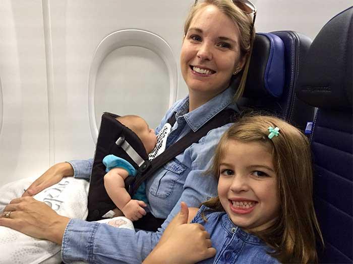 adulto-volando-con-2-niños