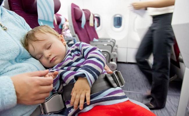 como-debe-viajar-un-bebe-en-un-avion