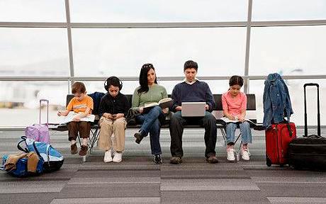 familia-esperando-avion