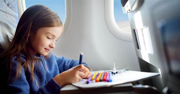 niña-dibujando-en-el-avion