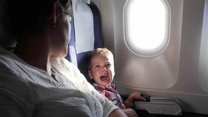 niño-llorando-en-un-avion