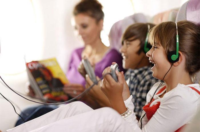 niños-entretenidos-en-avion